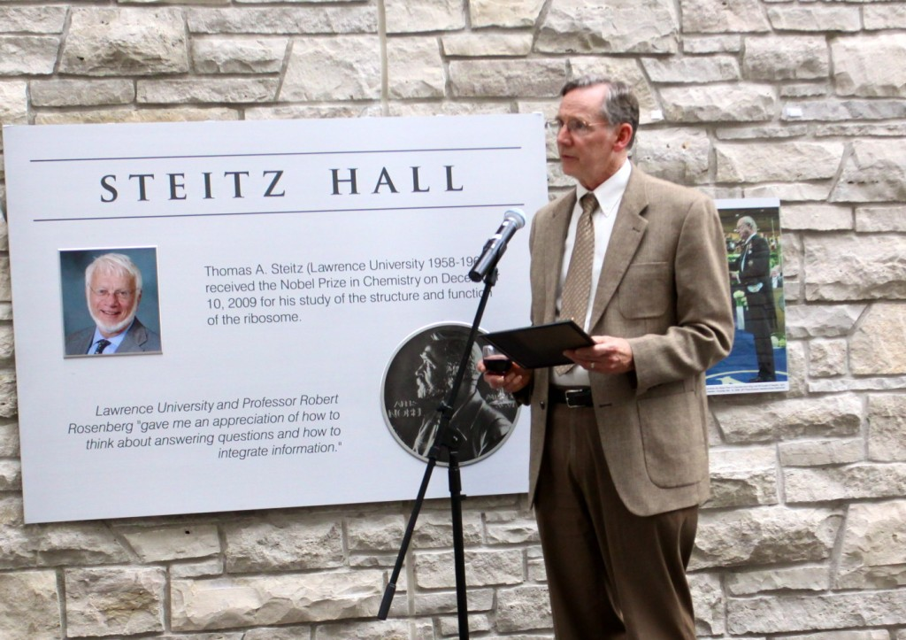 Professor Jerry Lokensgard makes a toast to Dr. Thomas Steitz.