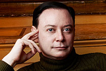A Head shot of award-winning author Andrew Solomon.