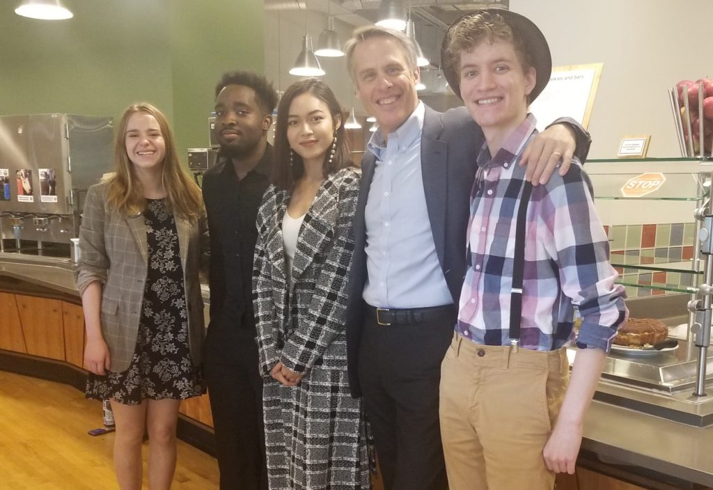 Terry Moran poses with four Lawrence students in Andrew Commons.
